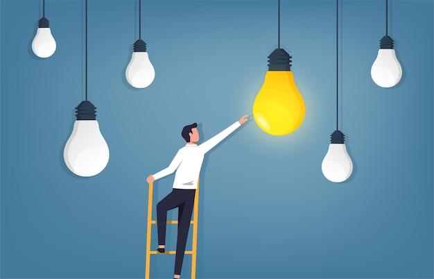 Empresário subindo escada e alcançando ilustração de lâmpada.