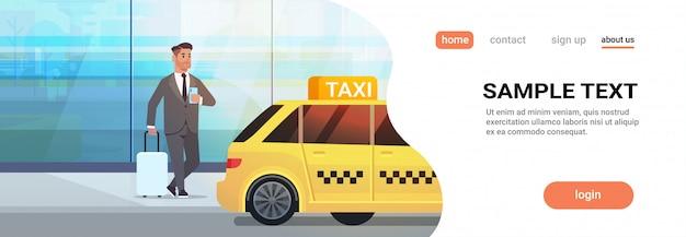 Empresário, usando o aplicativo móvel, pedir táxi no homem de negócios de rua com roupa formal com bagagem perto de ilustração de serviço de transporte de cidade de táxi amarelo