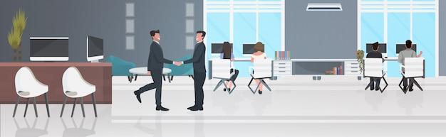 Empresários, apertando as mãos nos locais de trabalho