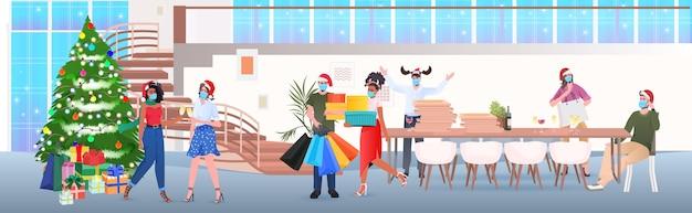 Empresários com máscaras bebendo champanhe mix de raça colegas de chapéu de papai noel comemorando ano novo festa corporativa escritório moderno interior horizontal ilustração vetorial de corpo inteiro