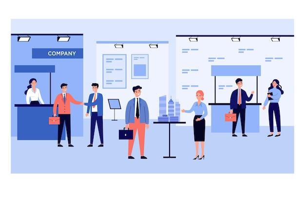 Empresários conversando com visitantes em exposição de negócios