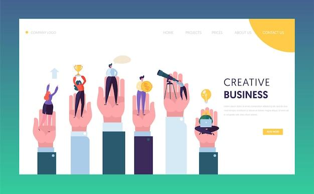Empresários criativos na mão, alcançando a página inicial do objetivo.