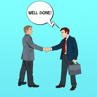 Empresários de arte pop apertando as mãos acordo de negócios.