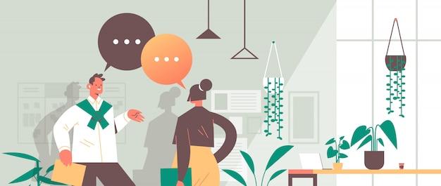 Empresários discutindo estratégia de negócios durante reunião com bolha de bate-papo