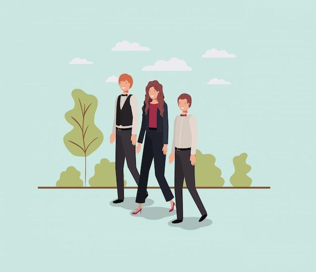 Empresários elegantes andando no parque