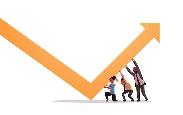 Empresários, empurrando, crescendo, seta, trabalho equipe, crescimento financeiro, conceito, pessoas negócio, corrigindo, direção, de, seta, horizontal, comprimento cheio