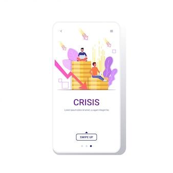 Empresários estressados, sentado na pilha de moedas, usando o laptop caindo seta crise financeira falha orçamento colapso falência conceito tela telefone móvel app cópia espaço