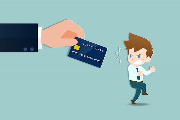 Empresários ficaram chocados com mãos grandes segurando um cartão de crédito.