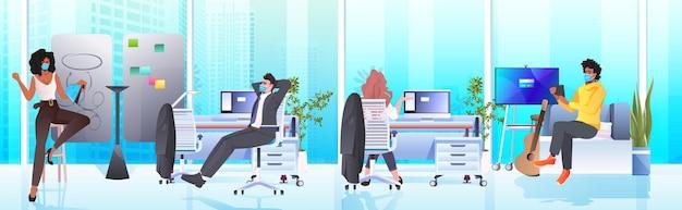 Empresários mascarados trabalhando e conversando no centro de coworking coronavirus pandemia de trabalho em equipe conceito moderno escritório interior horizontal comprimento total