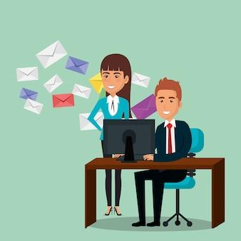 Empresários no escritório com ícones de marketing de e-mail