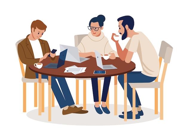 Empresários ocupados preparando o projeto da equipe ao ar livre em um moderno café.