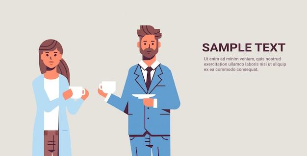 Empresários, par, bebendo cappuccino, durante, reunião, homem negócio, mulher, discutir, colegas, ficar, junto, coffee break