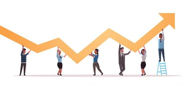 Empresários, segurando, cima, financeiro, seta, cima, trabalho equipe, bem sucedido, desenvolvimento negócio, crescimento, conceito, mistura, raça, empregados, corrigindo direção, de, gráfico, horizontal, comprimento cheio