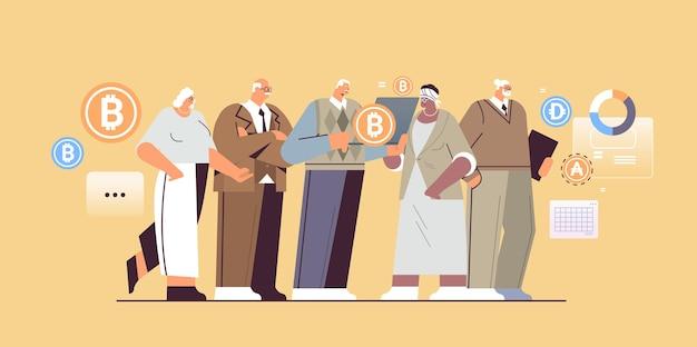 Empresários seniores comprando ou vendendo bitcoins online transferência de dinheiro pagamento pela internet criptomoeda blockchain