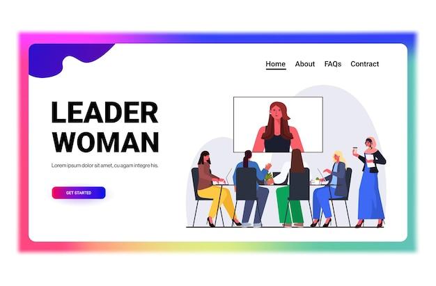 Empresários tendo conferência on-line, reunindo mulheres de negócios, discutindo com a mulher líder durante a videochamada