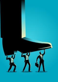 Empresários tentando levantar pé gigante