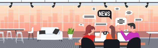 Empresários usando laptops discutindo notícias de negócios, chat, bolha, comunicação