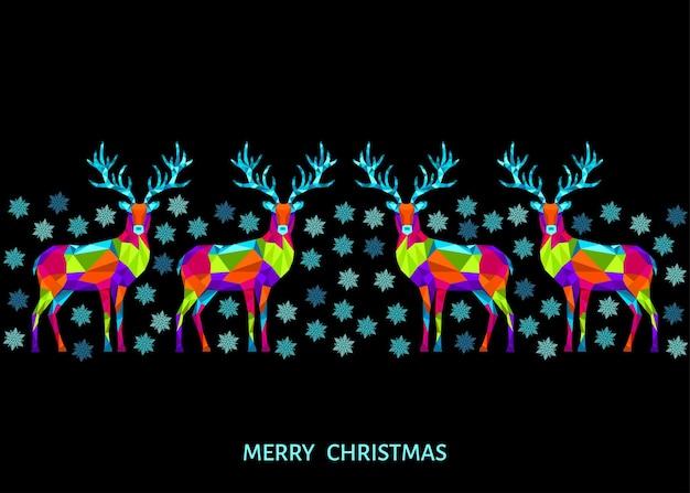 Enfeite de natal e feliz ano novo. renas e flocos de neve de natal poligonais. decoração colorida brilhante sobre fundo preto. cartão em vetor.