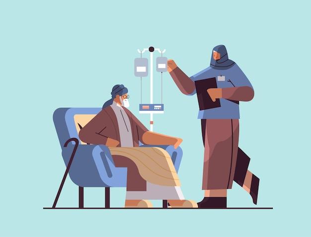 Enfermeira árabe amigável ou voluntária verificando gotejador de idosos, serviços de atendimento domiciliar a pacientes