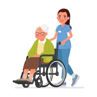 Enfermeira carrega uma avó em uma cadeira de rodas. mulher idosa em reabilitação em um hospital.