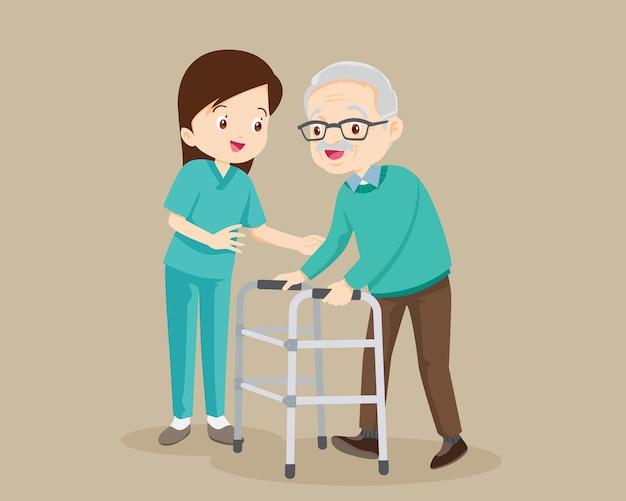 Enfermeira ou voluntária cuidando de um homem idoso.