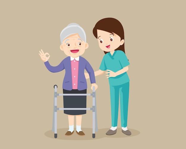 Enfermeira ou voluntária cuidando de uma mulher idosa