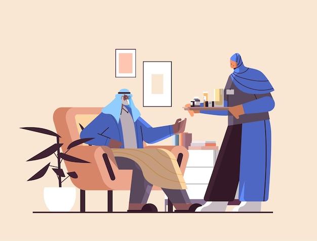 Enfermeira ou voluntária levando comprimidos para idosos árabes, serviços de atendimento domiciliar a pacientes, assistência médica e apoio social