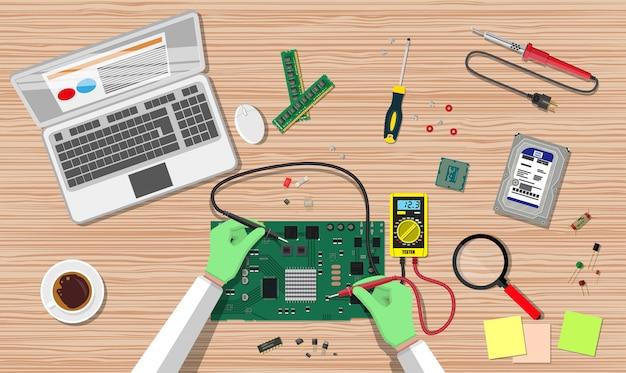 Engenheiro com placa eletrônica de verificação de multímetro