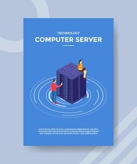 Engenheiro de servidor de computador trabalhando na manutenção do modelo de folheto