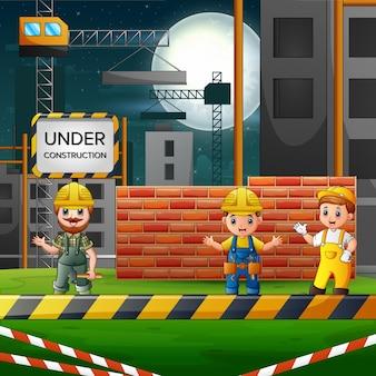 Engenheiro e operário de construção em um canteiro de obras