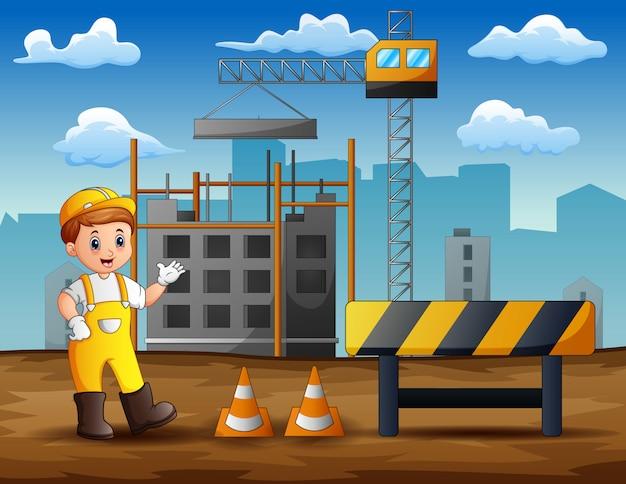 Engenheiro masculino em pé no fundo do canteiro de obras