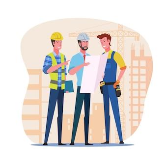 Engenheiros de construção discutindo planos de construção no canteiro de obras