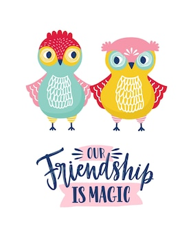 Engraçado corujas e amizade é frase mágica, escrita à mão com fonte caligráfica cursiva. pássaros da floresta felizes isolados no fundo branco. ilustração em vetor infantil em estilo simples para impressão de vestuário.