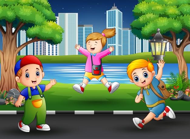 Engraçado crianças pulando e rindo na rua