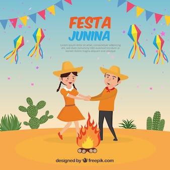 Engraçado fundo de casal dançando ao lado da fogueira
