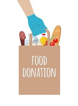 Entrega de comida doada em casa por voluntários do serviço. mão segura um saco de artesanato com comida. ajude o coronavírus em quarentena.