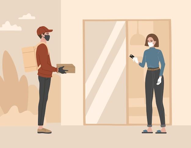 Entrega sem contato, um mensageiro com máscara médica respiratória e luvas deixaram a embalagem a uma distância segura.