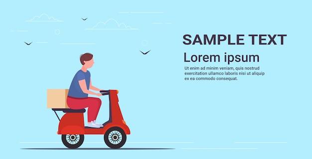 Entregador, montando, scooter motor, carregar, papelão, pacote, caixa, correio, entrega expressa, conceito serviço, comprimento total, cópia horizontal