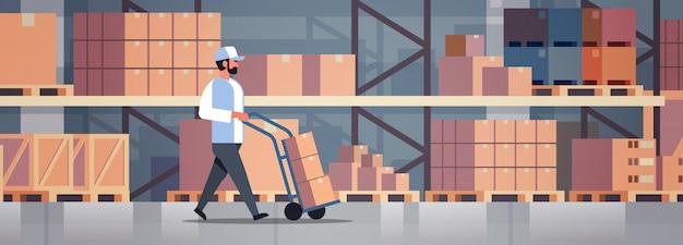 Entregador rolando carrinho de carga de caixa de papelão