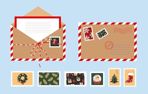 Envelope aberto de natal com uma carta. selos postais de ano novo.