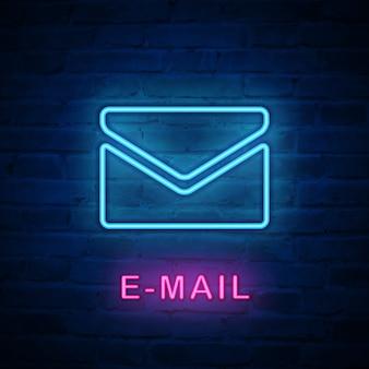 Envelope de e-mail com ícone de luz de néon iluminada
