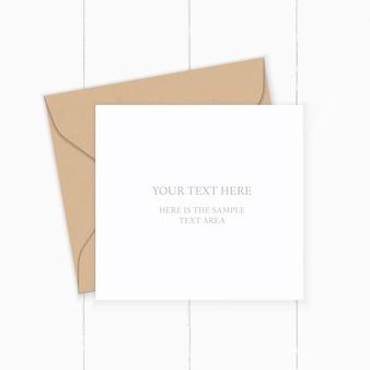Envelope de papel kraft de carta composição branca elegante vista superior plana leiga em fundo de madeira.