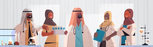 Equipe árabe de profissionais médicos médicos árabes em uniforme permanente juntos medicina conceito de saúde hospital laboratório interior retrato horizontal ilustração vetorial