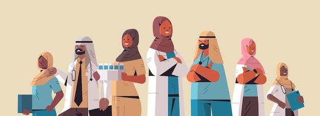 Equipe árabe de profissionais médicos médicos árabes em uniforme permanente juntos medicina conceito de saúde ilustração vetorial retrato horizontal