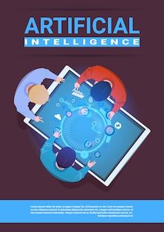 Equipe criativa de programadores que trabalham o conceito da inteligência artificial de opinião de ângulo superior de digitas da tabuleta da mesa