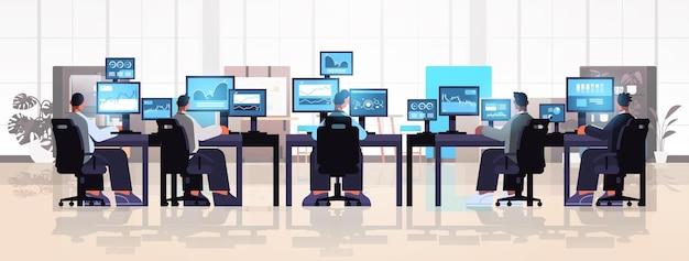 Equipe de comerciantes corretores do mercado de ações analisando tabelas, gráficos e taxas em monitores de computador em locais de trabalho moderno escritório interior ilustração vetorial horizontal de corpo inteiro