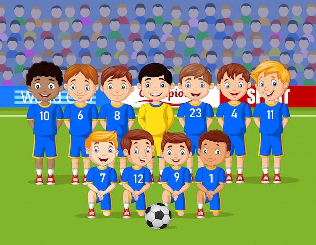 Equipe de crianças de futebol dos desenhos animados em um estádio