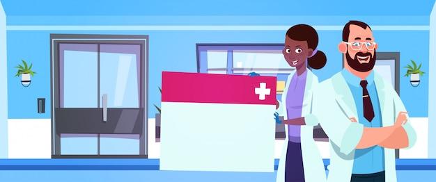 Equipe, de, doutores médicos, segurando, vazio, tábua