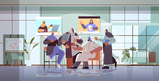 Equipe de empresários árabes discutindo com colegas árabes durante videoconferência