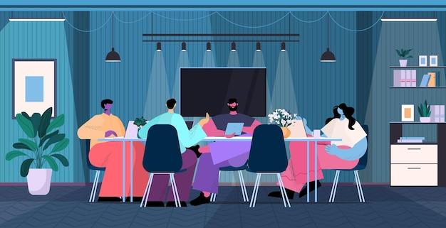 Equipe de empresários brainstorming na mesa redonda empresários trabalhando juntos na noite escura conceito de trabalho em equipe de escritório ilustração vetorial de corpo inteiro horizontal